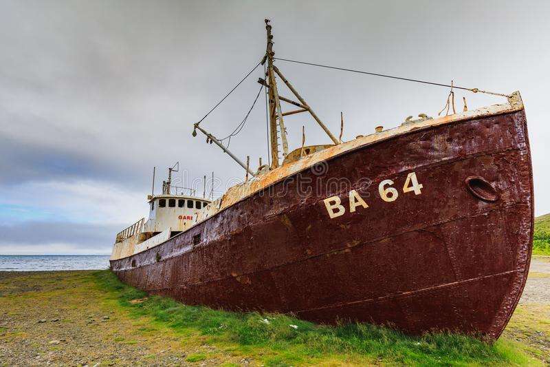 Schiffswrack Gardar-Bas 64 im patrekfjordur lizenzfreie stockfotos
