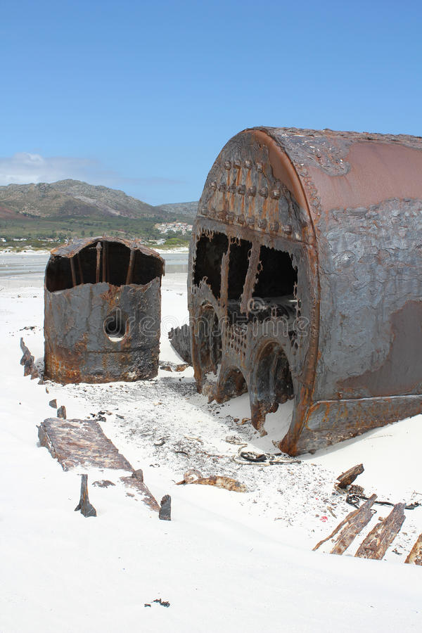 SchiffswrackKakapo am Strand von kommetjie stockfotos