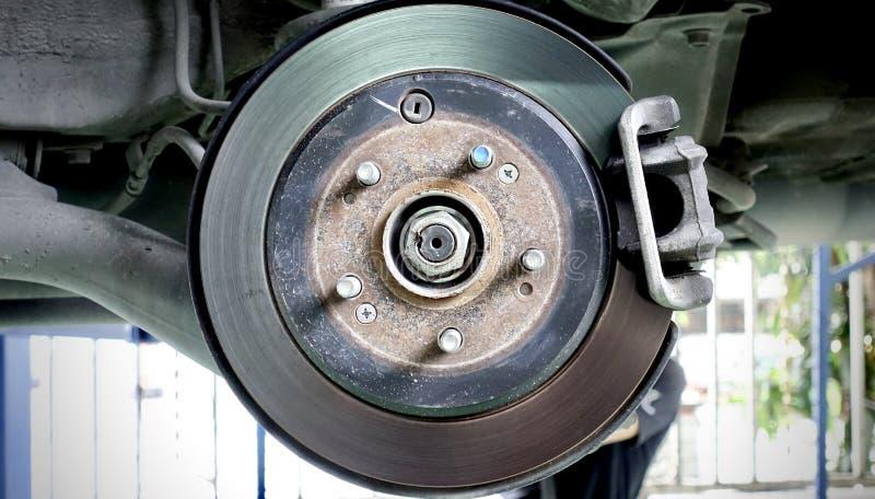 Schijfrem van het voertuig voor reparatie, in proces van nieuwe bandvervanging Autorem die in garage herstellen royalty-vrije stock foto's