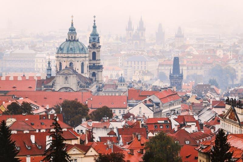 Schijnbaar beeld van in Praag getimede daken tijdens troebel en ongezond weer Postkaartconcept royalty-vrije stock afbeeldingen