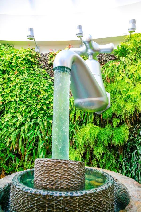Schijnbaar drijvende kraan in de Sculpt Illusiegalerij, Wanaka, Nieuw Zeeland stock foto