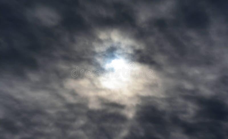 Schijnsel in de donkere wolken stock afbeeldingen