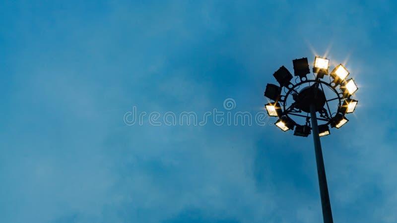 Schijnwerperpool, lamppost, de elektriciteitsindustrie, Licht stadion o stock foto