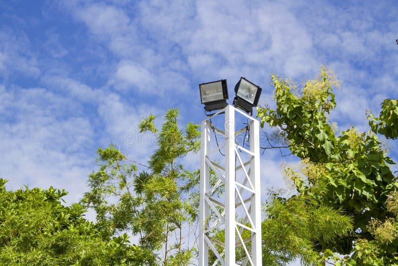 Schijnwerperpool met groene boom met blauwe hemel royalty-vrije stock foto