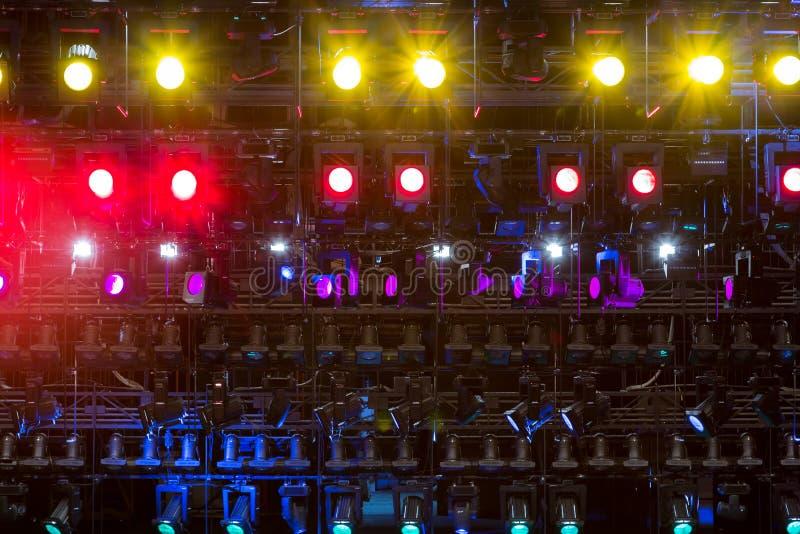 Schijnwerpers & verlichtingsmateriaal voor het theater Multi-colored lichten royalty-vrije stock foto's