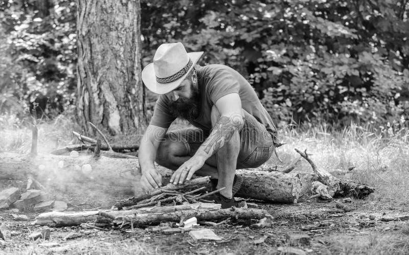 Schik de houttakjes of de houten stokken die zich als een piramide bevinden en plaats onder de bladeren Hoe te om vuur in openluc stock foto's