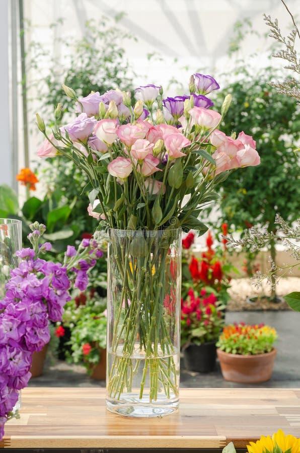 Schik een boeket van mooie verse bloem royalty-vrije stock fotografie
