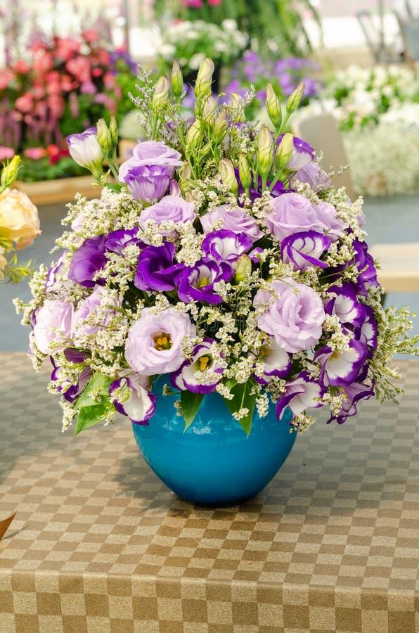 Schik een boeket van mooie verse bloem in een vaas stock foto's