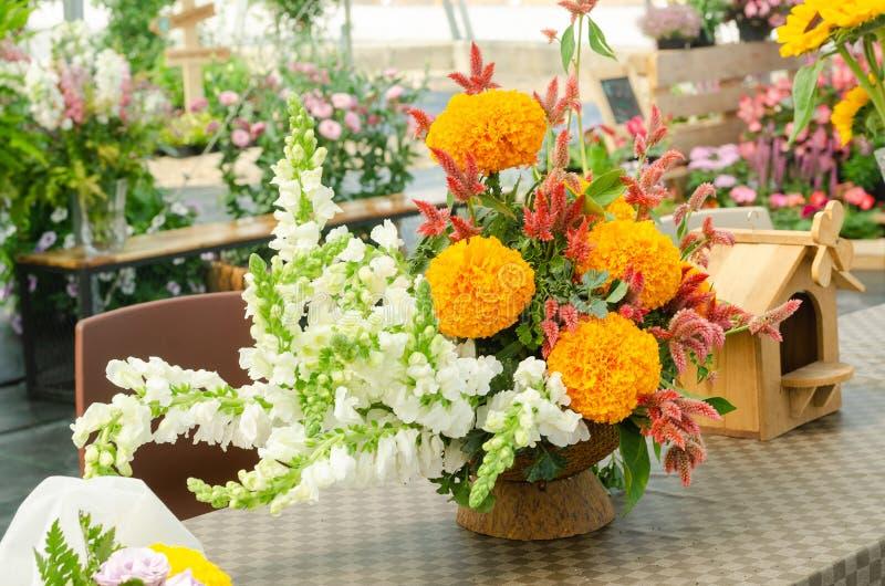 Schik een boeket van mooie verse bloem in een vaas stock afbeeldingen