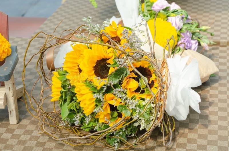 Schik een boeket van mooie zonnebloem royalty-vrije stock foto's