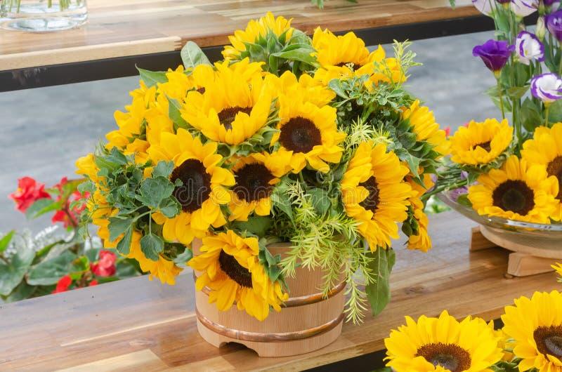 Schik een boeket van mooie zonnebloem stock foto's