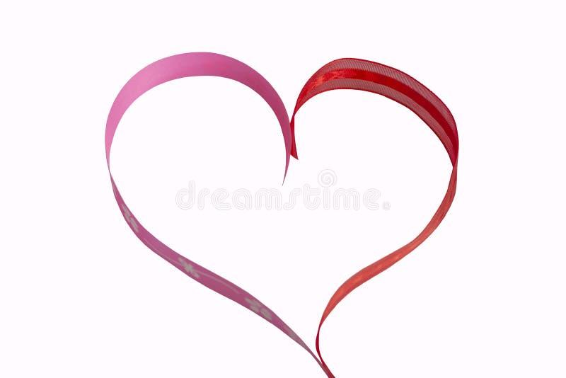 Schik in hartvorm door lint isoleren op witte achtergrond stock foto