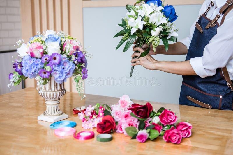 Schikkend kunstbloemen bekleed decoratie thuis, het Jonge werk die van de vrouwenbloemist het organiseren van diy kunstbloem, amb royalty-vrije stock fotografie