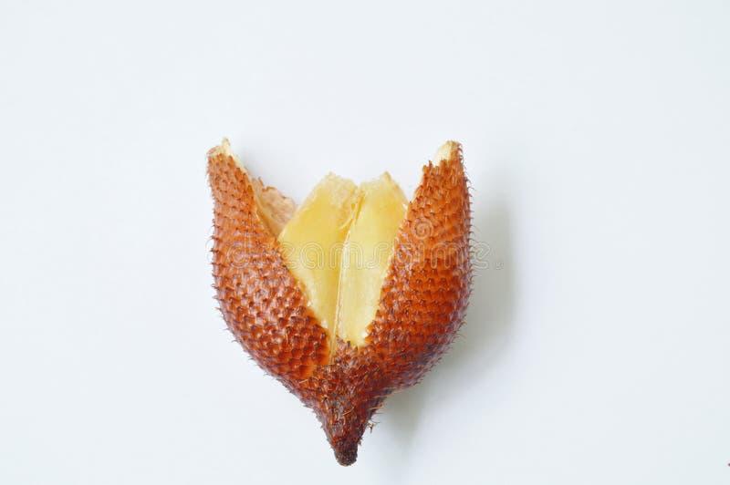 Schil van het Salacca de tropische fruit uit op witte achtergrond stock foto