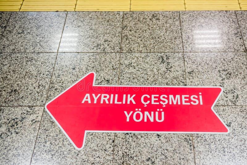 Schild auf der Grundshowrichtung des Bahnhofshalts Ayrilik Cesmesi stockbild