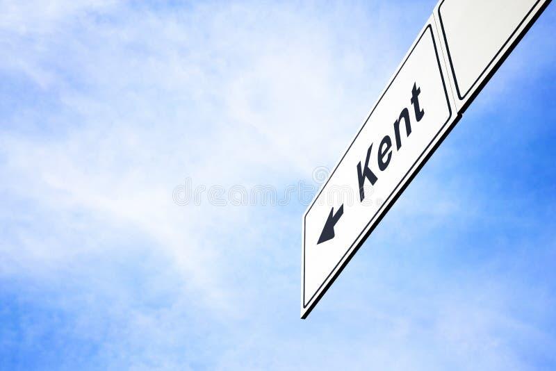 Schild, das in Richtung zu Kent zeigt stockbild