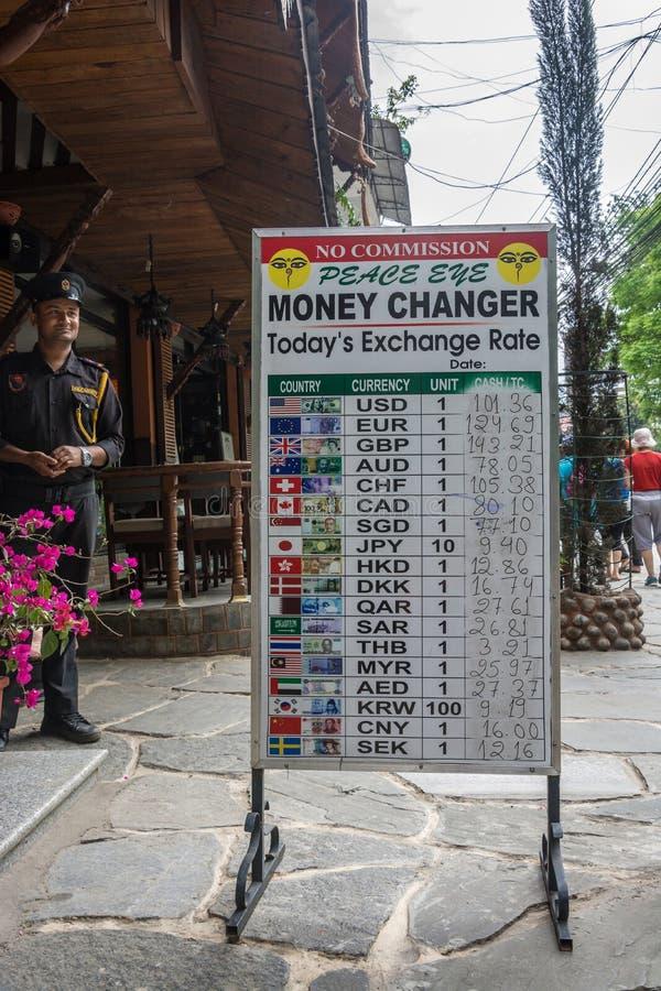 Schild met wisselkoersen verschillende munten in 11 April stock fotografie