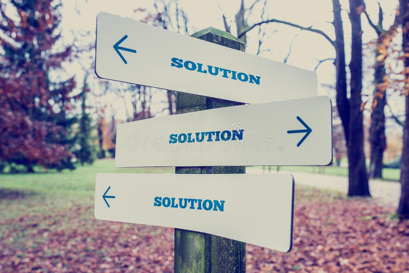 Schild mit der Wort Lösung mit den Pfeilen, die in drei d zeigen lizenzfreie stockbilder