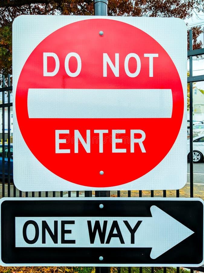 Schild mit Zugangsbeschränkung, kein Zutritt, ein Weg voraus, nicht eintreten lizenzfreie stockbilder