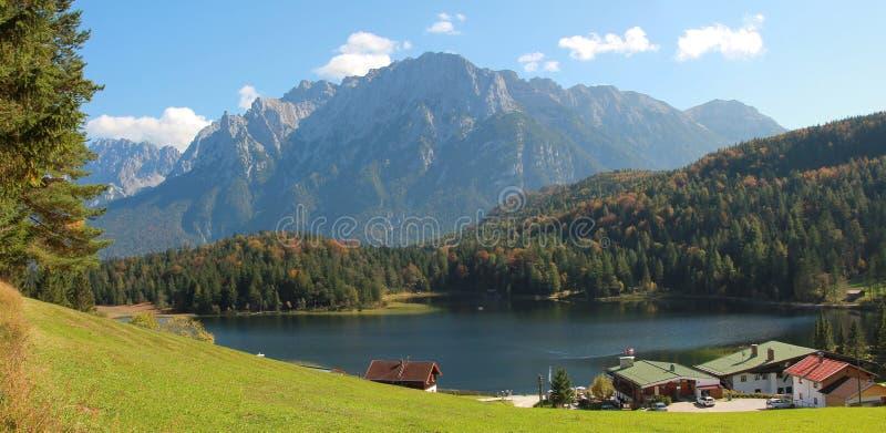 Schilder Beiers landschap, meerlautersee en alpen stock fotografie