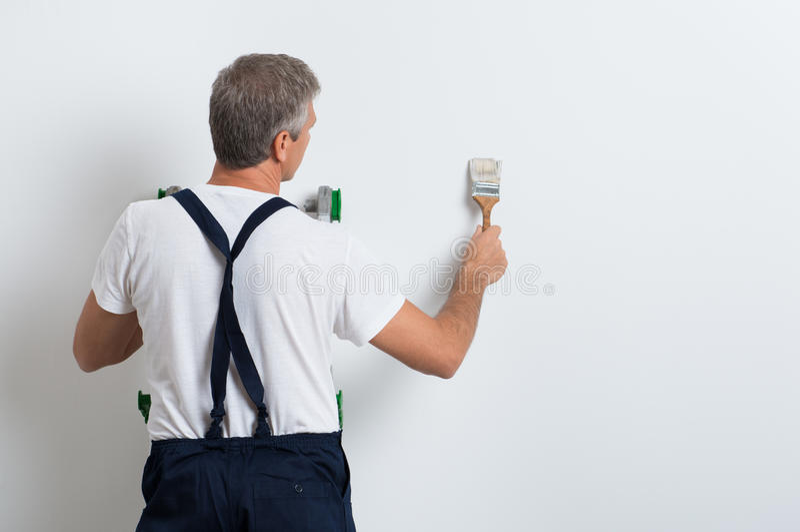 Schilder het schilderen muur