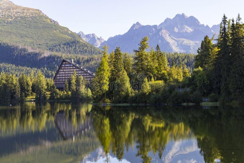 Schilderachtig bergmeer Pleso van Strbske Hoge tatras slowakije stock afbeelding