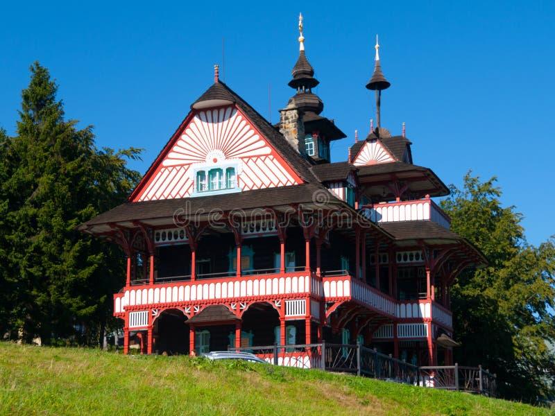 Schilderachtig betimmerd bergplattelandshuisje Mamenka in slavic volksafscheiding architecturale stijl stock afbeelding