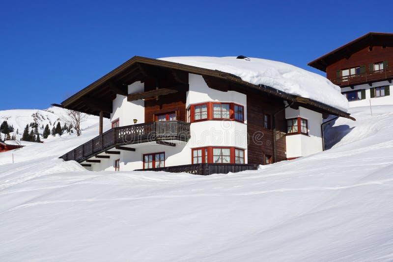 Schilderachtig de winterlandschap met plattelandshuisje. Lech stock foto