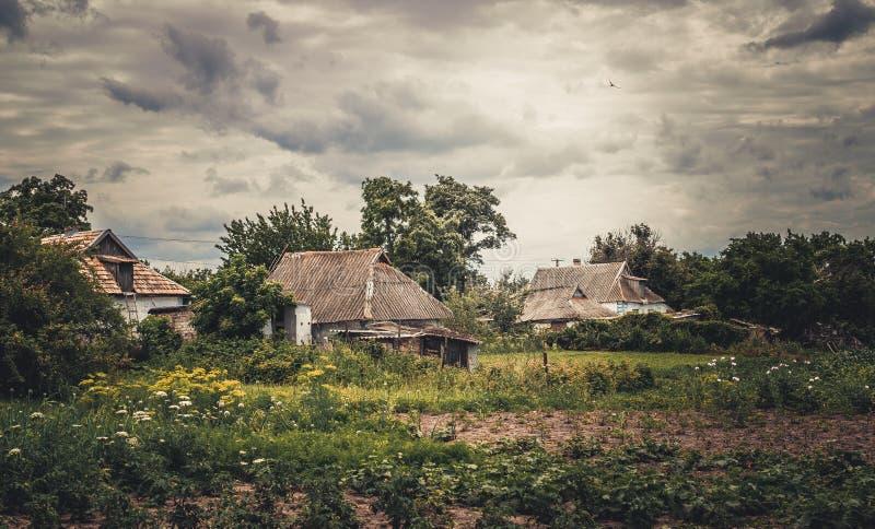 Schilderachtig Europees dorp tegen de achtergrond van een stormachtige hemel royalty-vrije stock fotografie