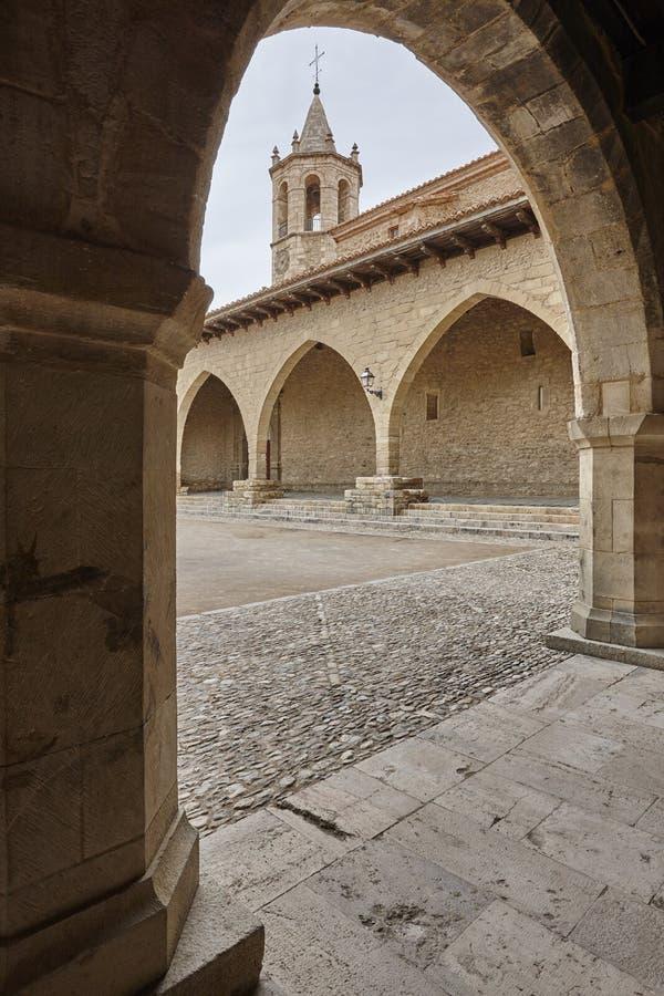 Schilderachtig gestenigd overwelfd vierkant in Spanje Cantavieja, Teruel stock afbeeldingen