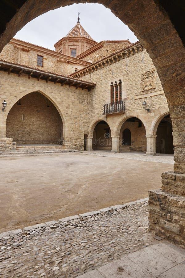 Schilderachtig gestenigd overwelfd vierkant in Spanje Cantavieja, Teruel royalty-vrije stock afbeelding