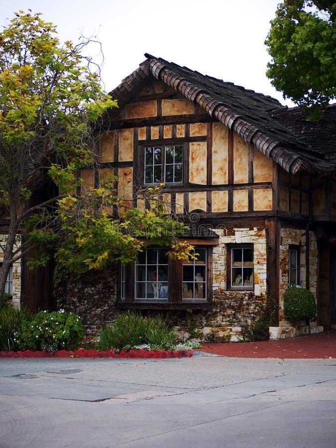 Schilderachtig huis met houten dak stock afbeelding