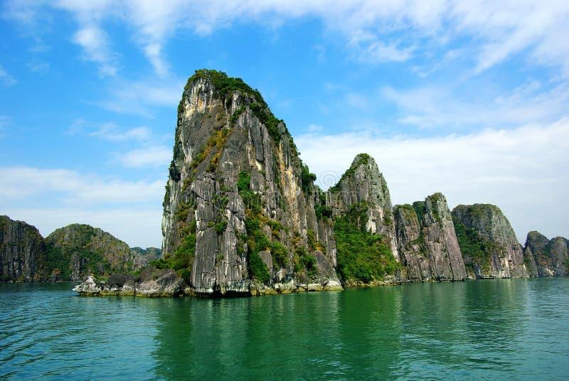 Schilderachtig overzees landschap. De Baai van HaLong, Vietnam stock afbeelding