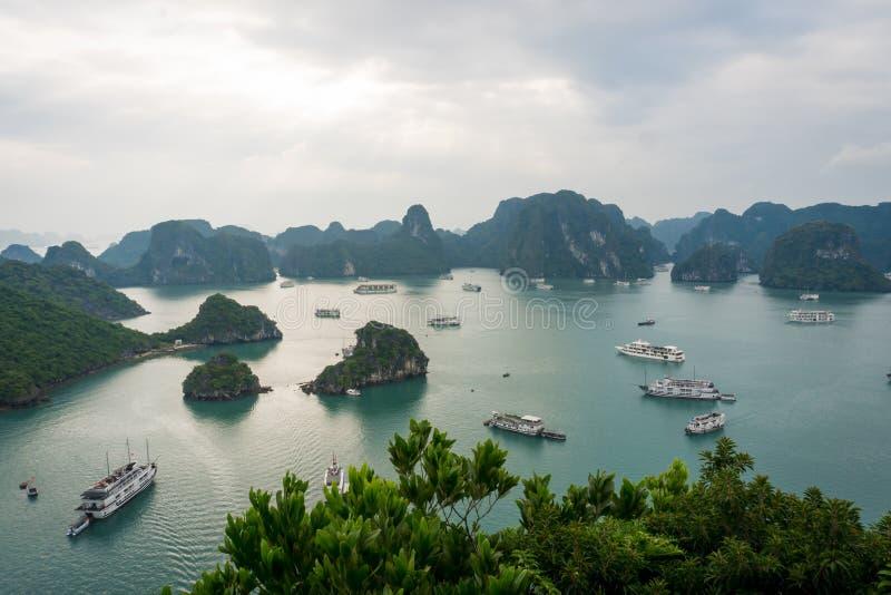 Schilderachtig overzees landschap De Lange Baai van Ha, Vietnam stock afbeelding