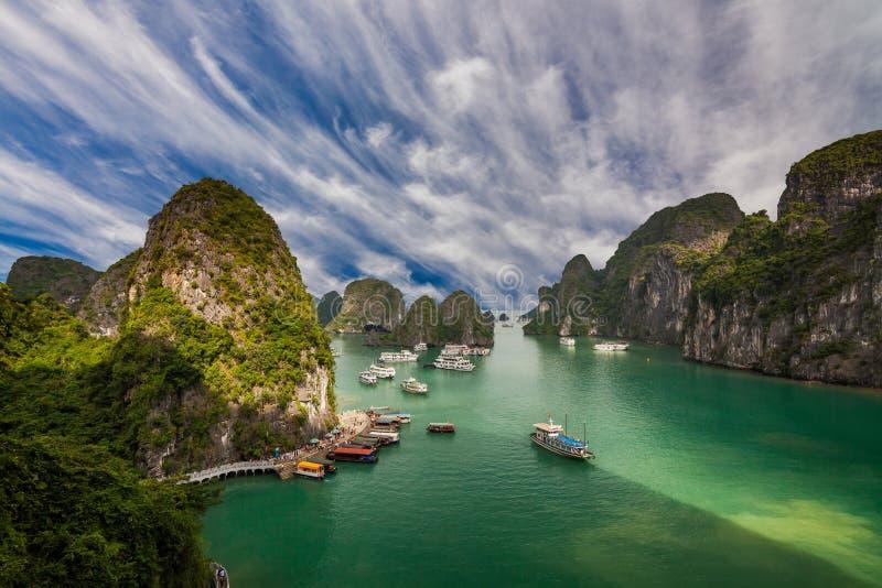 Schilderachtig overzees landschap De Lange Baai van Ha, Vietnam stock fotografie