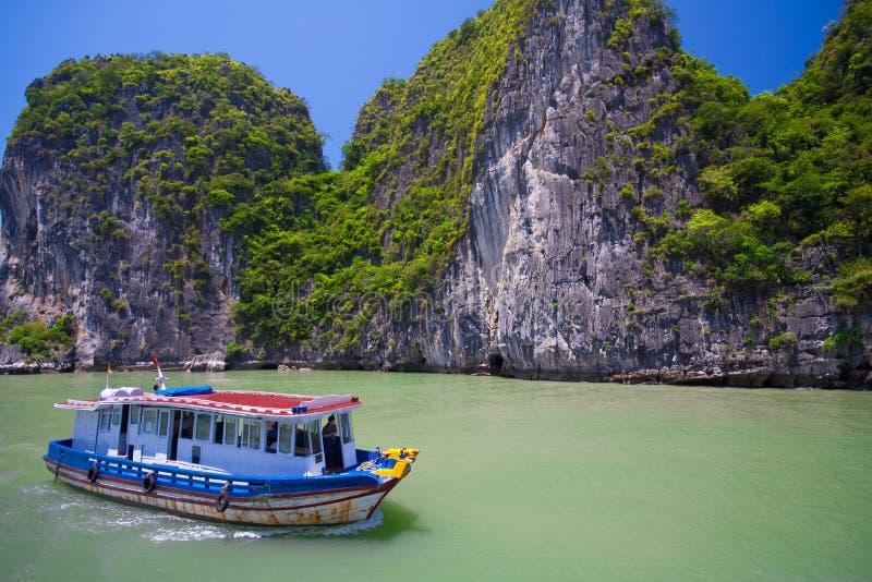 Schilderachtig overzees landschap De Lange Baai van Ha, Vietnam stock foto