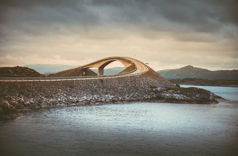 Schilderachtig overzees van Noorwegen landschap met brug stock foto