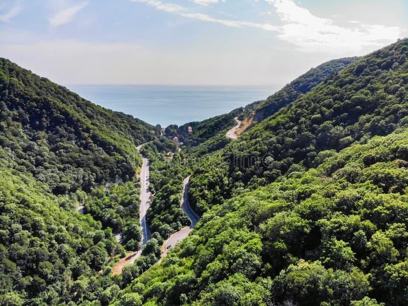 Schilderachtig ver landschap met moderne wegen in de zomerbergen royalty-vrije stock afbeeldingen