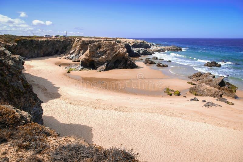 Schilderachtig zeegezicht met verlaten strand in Porto Covo in Portu stock foto