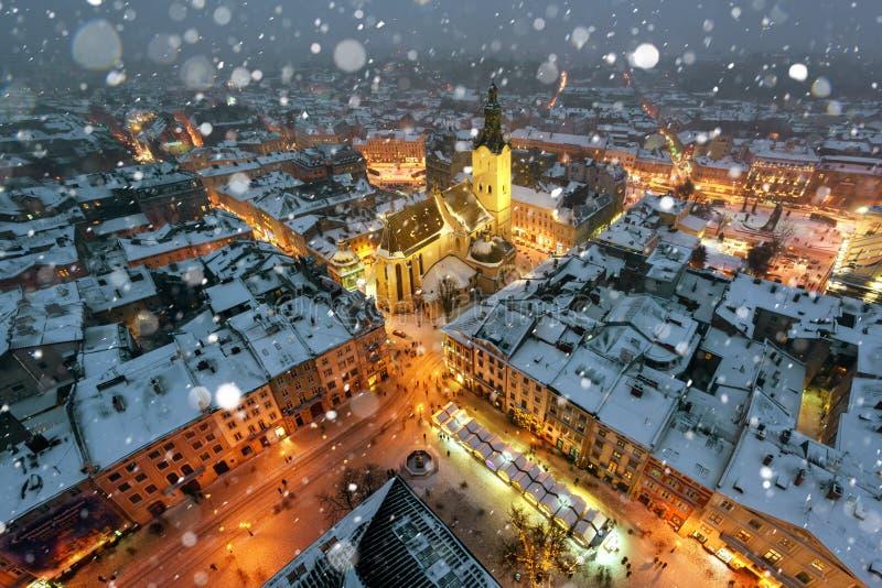 Schilderachtige avondmening over Lviv-stadscentrum vanaf bovenkant van stadhuis royalty-vrije stock fotografie