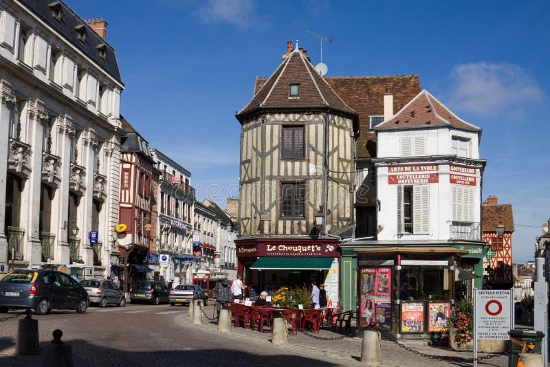 Schilderachtige cityscape in de oude stad van Auxerre, Frankrijk stock foto