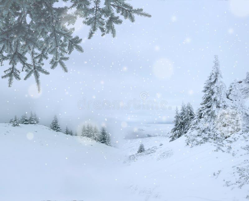 Schilderachtige de winterachtergrond met berglandschap tijdens sneeuwdaling van midden van de winter royalty-vrije stock fotografie