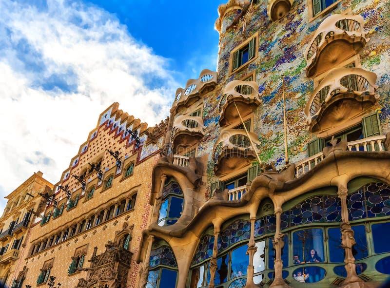 Schilderachtige die huizen door architect Gaudi in Barcelona, Spanje worden ontworpen royalty-vrije stock afbeelding