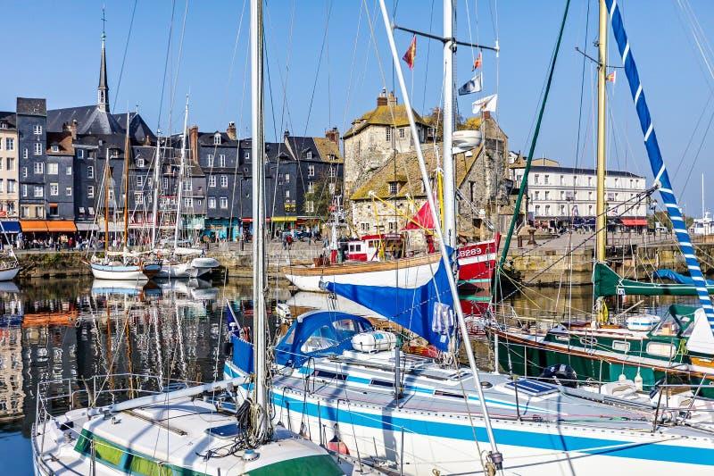 Schilderachtige en gezellig ouderwetse oude haven bij het dorp van Normandië van Honfleur Frankrijk met boten, zeilboten, koffie  stock afbeelding