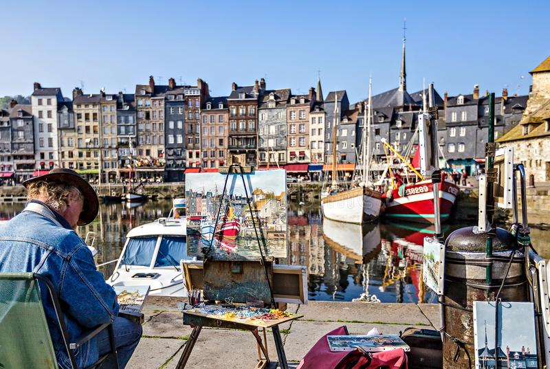 Schilderachtige en gezellig ouderwetse oude haven bij het dorp van Normandië van Honfleur Frankrijk met boten, zeilboten, koffie  stock foto