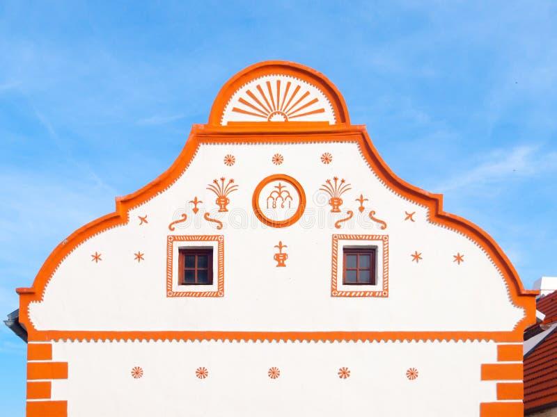 Schilderachtige geveltop van oud huis in Holasovice, klein landelijk dorp met rustieke barokke architectuur Zuidelijke Bohemen royalty-vrije stock foto's