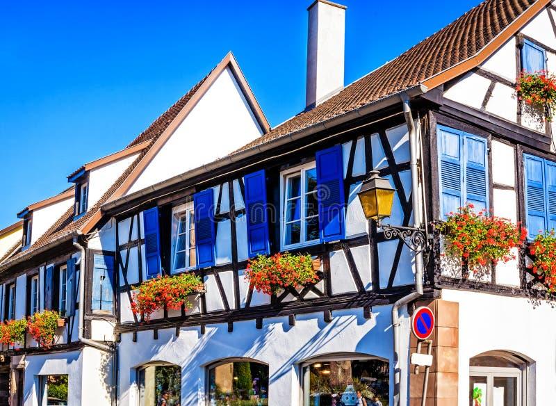 Schilderachtige helft-betimmerde huizen in Obernai, Frankrijk stock foto