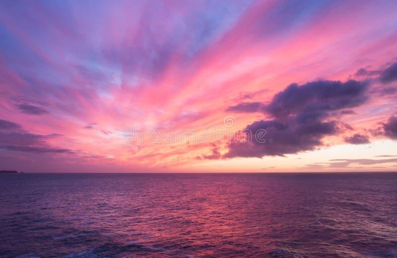 Schilderachtige hemel bij zonsopgang over de oceaan stock fotografie