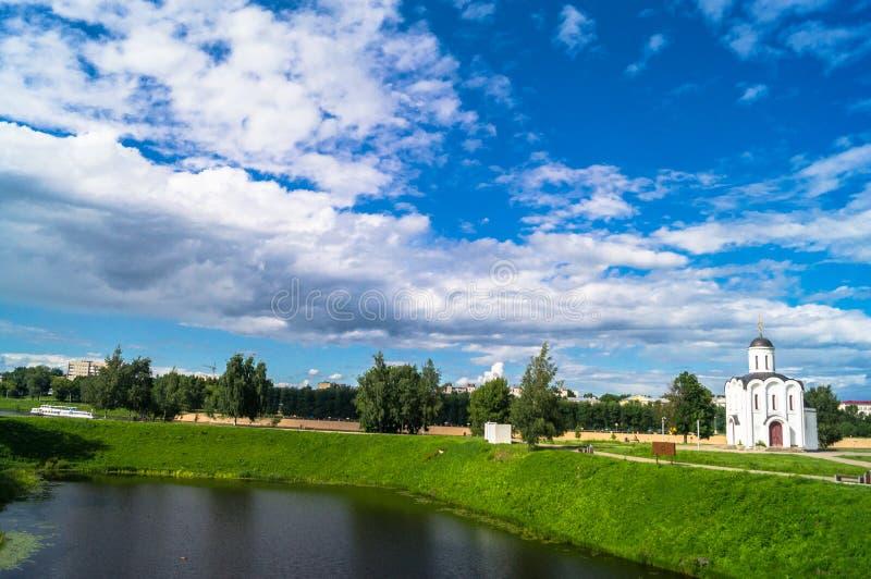 Schilderachtige hemel over de baai van de Tmaka-rivier naast de Kerk van StMichael de Grote Prins van Tver stock afbeelding