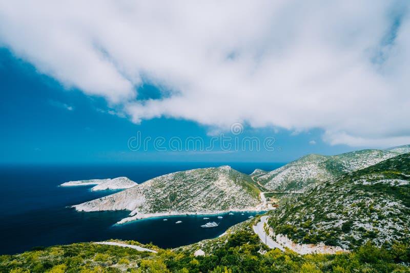 Schilderachtige kustlijn van de witte klippen van Zakynthos en diepe blauwe overzees stock foto
